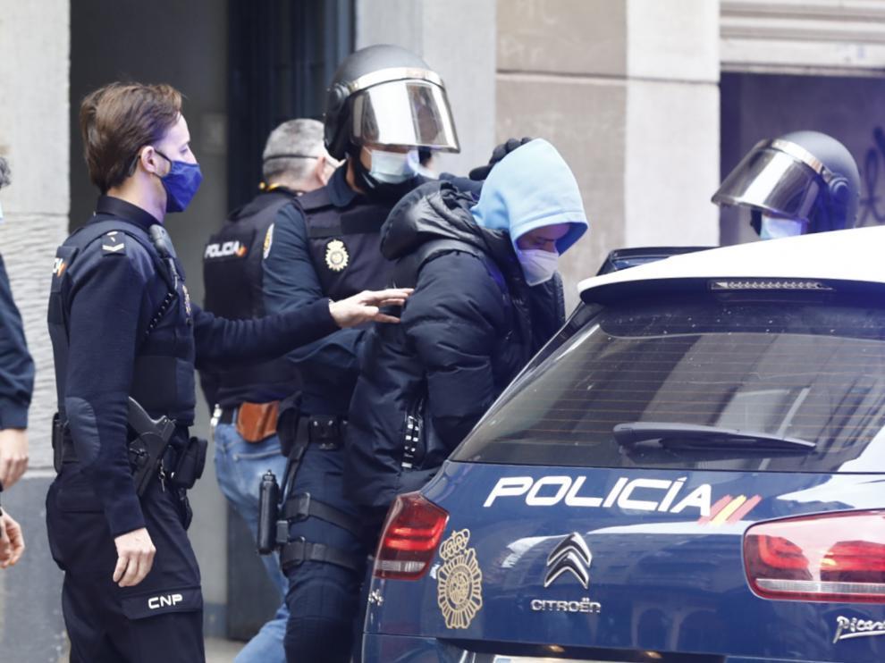 La Policía Nacional detuvo a este presunto miembro de los DDP en el barrio de San José de Zaragoza