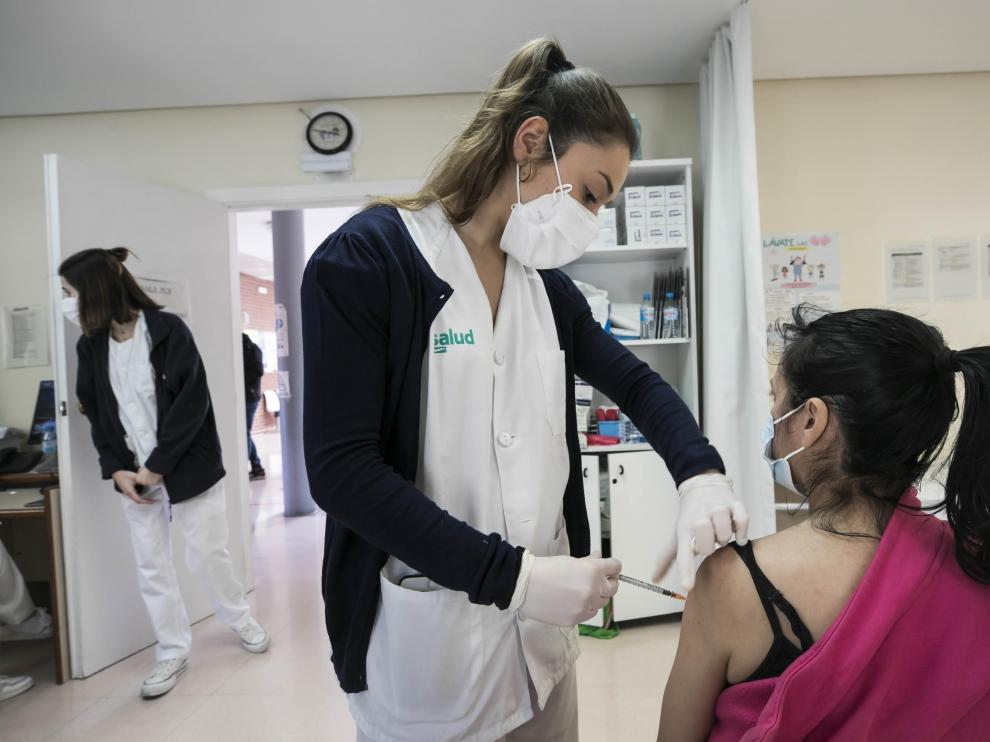 La suspensión de la vacuna de Astra Zeneca sorprendió al punto de vacunación de Bombarda en pleno proceso.