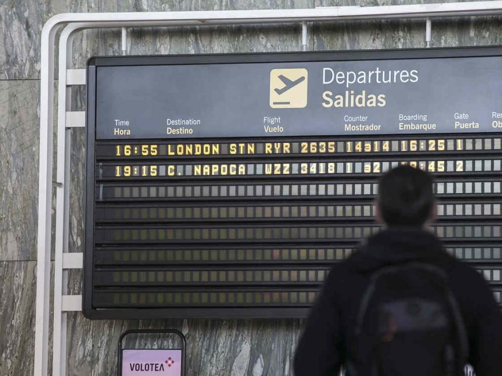 Panel de vuelos en el Aeropuerto de Zaragoza.