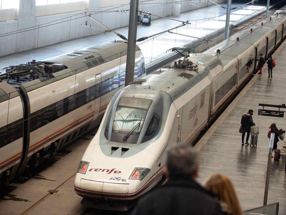 Salida del AVE Zaragoza-Madrid en la estación Delicias.