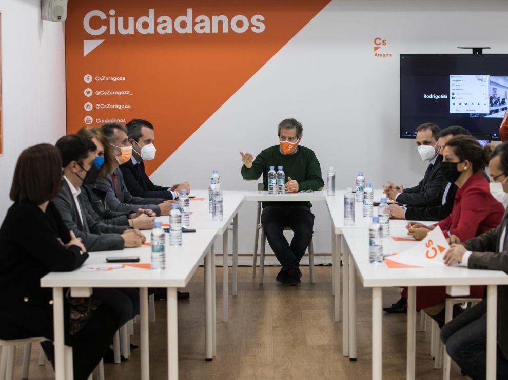 El coordinador de Cs-Aragón, Daniel Pérez Calvo, en el centro, en la reunión extraordinaria del comité autonómico, este jueves por la tarde.
