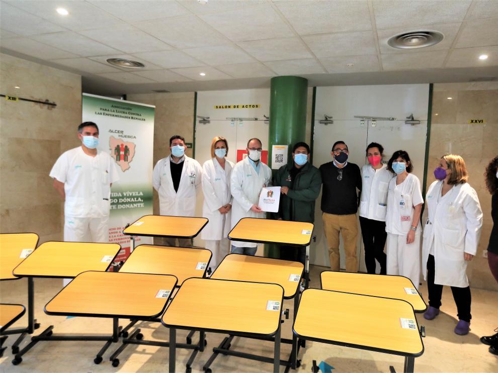 La Asociación Alcer-Huesca entrega al Hospital Universitario San Jorge de Huesca 12 mesas auxiliares para la sala de hemodiálisis