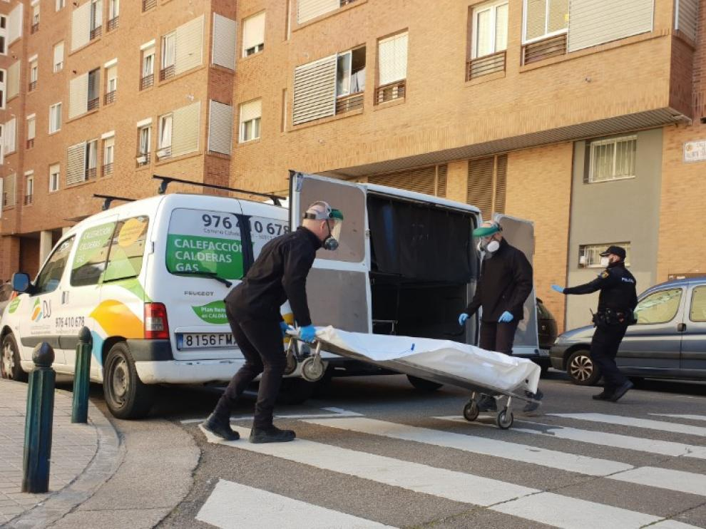 Dos miembros de la Hermandad de la Sangre de Cristo retiraban ayer el cuerpo de uno de los fallecidos en la calle de Emilio Castelar.