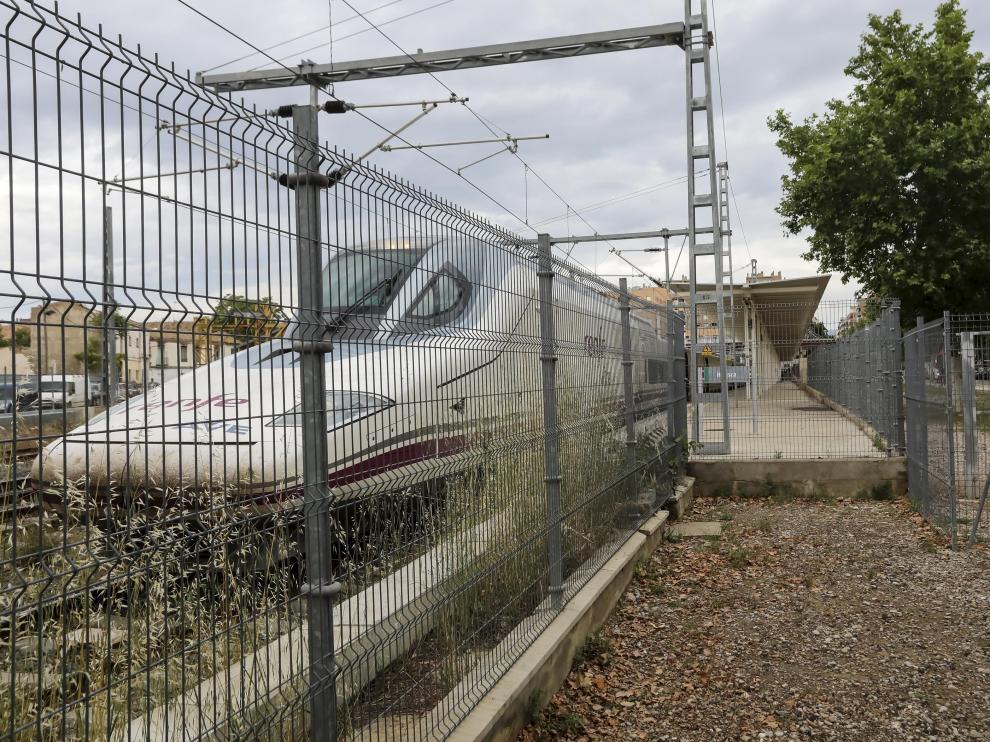 Tren AVE estacionado en la Intermodal de Huesca.