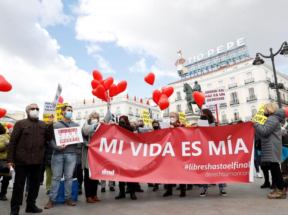 Miembros de la asociación Derecho a Morir Dignamente, concentrados en Madrid