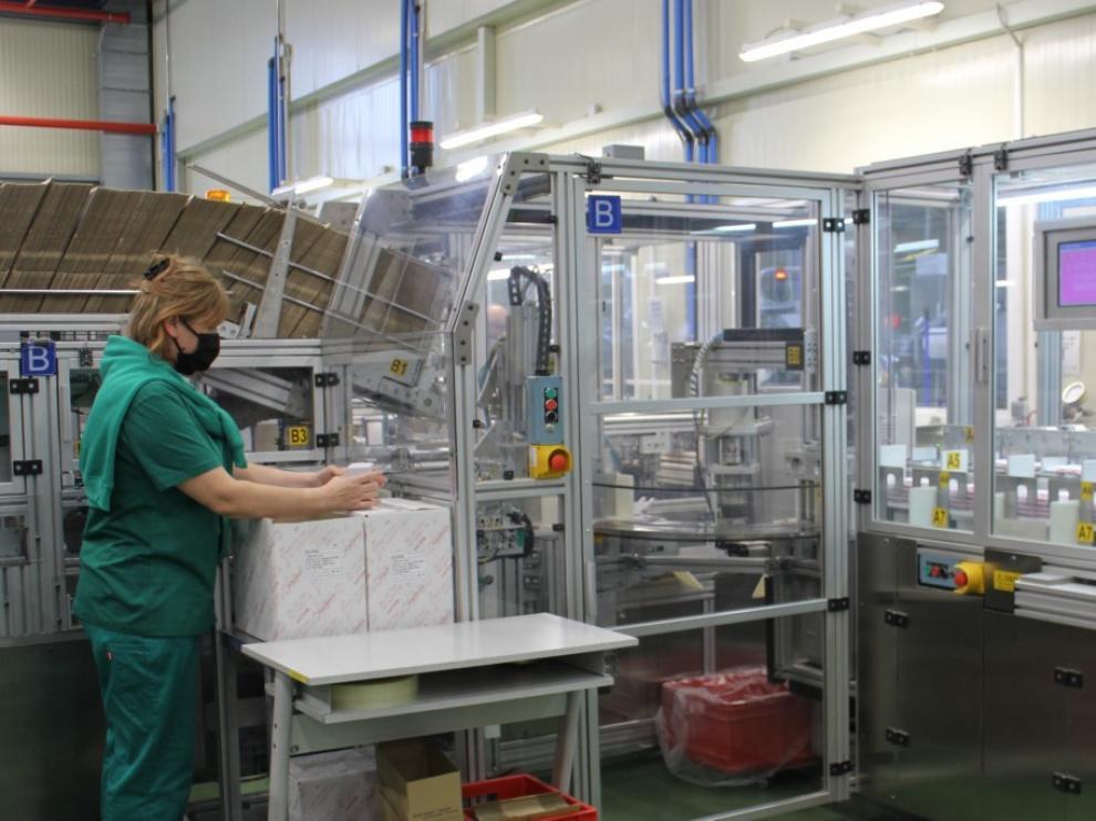 Tramo final de la línea de producción de jeringuillas para vacunas en la planta de Becton en Fraga.