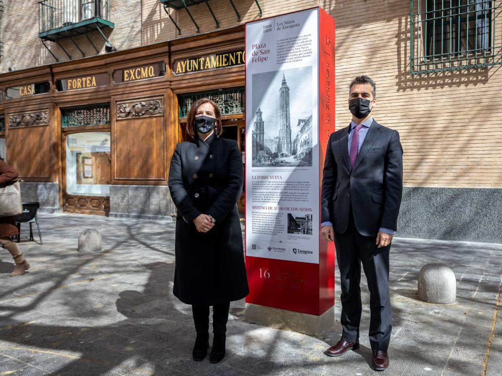 Ayuntamiento y Caja Rural de Aragón renuevan los hitos de Los Sitios instalados en varios puntos de la ciudad