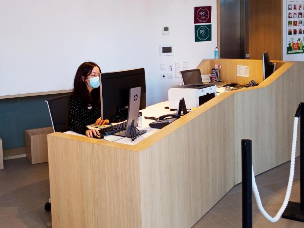 Cierzo Gestión ofrece un servicio de conserjería con profesionales formados.
