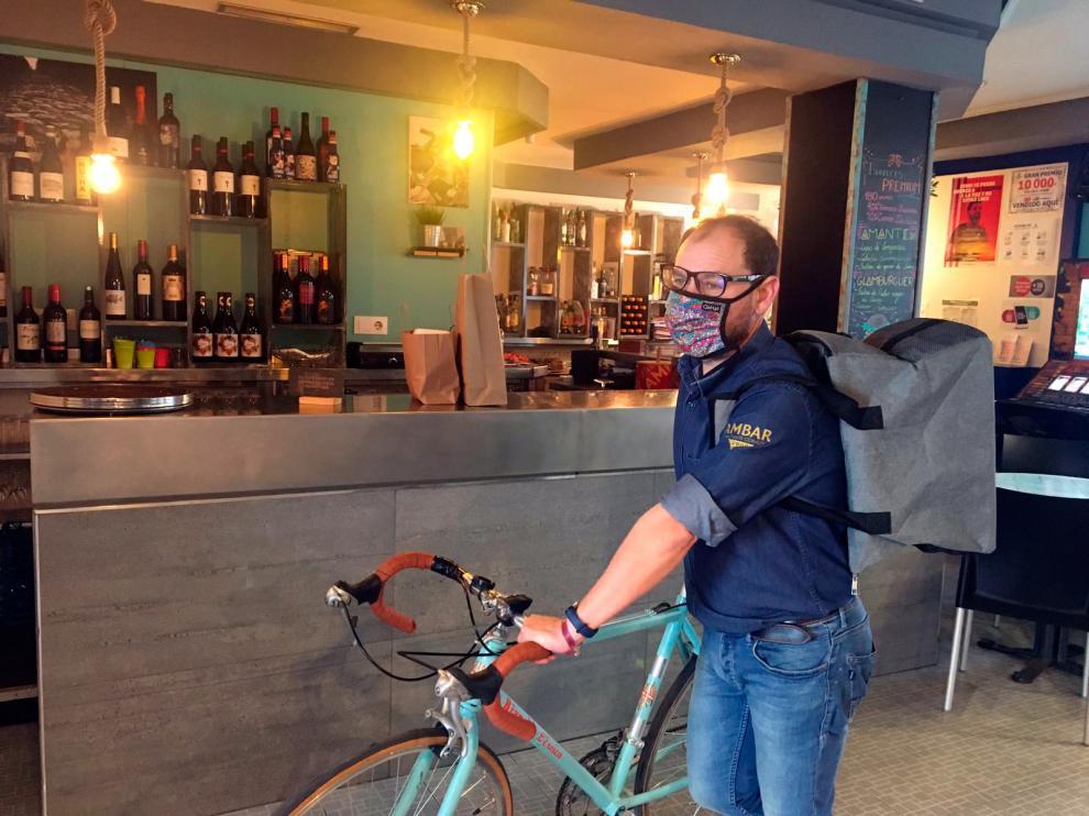 David ha empezado a repartir comida a domicilio con su bici y una mochila.