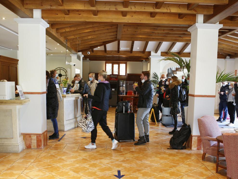 Turistas alemanes a su llegada a un hotel de Mallorca este sábado.