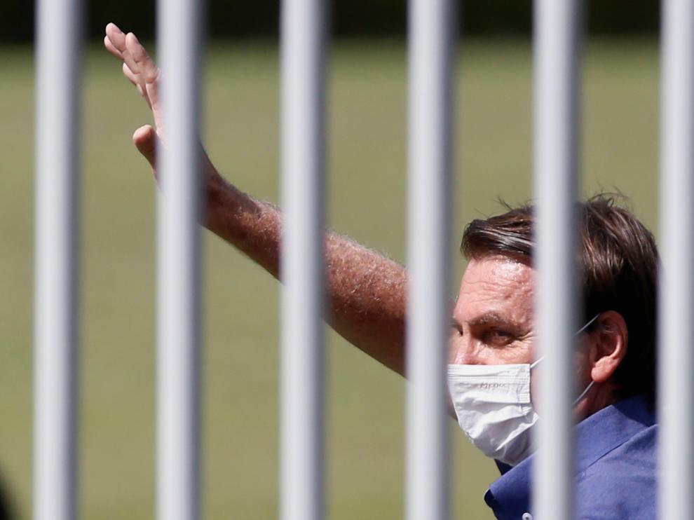 Bolsonaro saluda a sus seguidores en el día de su 66 cumpleaños.