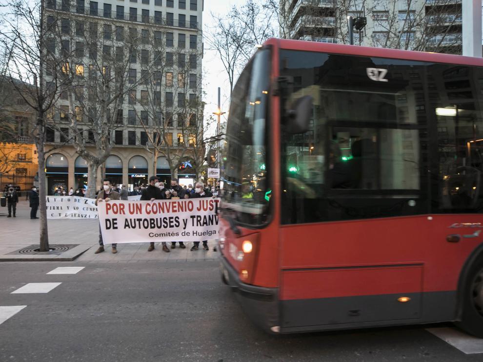 Un bus urbano pasa junto a una concentración de protesta del comité de empresa.