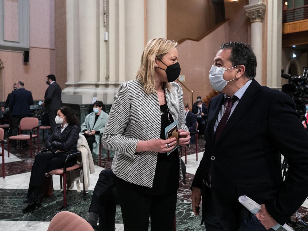 La consejera de Economía, Marta Gastón, con el Juan Antonio Muñoz Codina, hasta ahora director general de la factoría zaragozana de PSA (Grupo Setllantis) ,