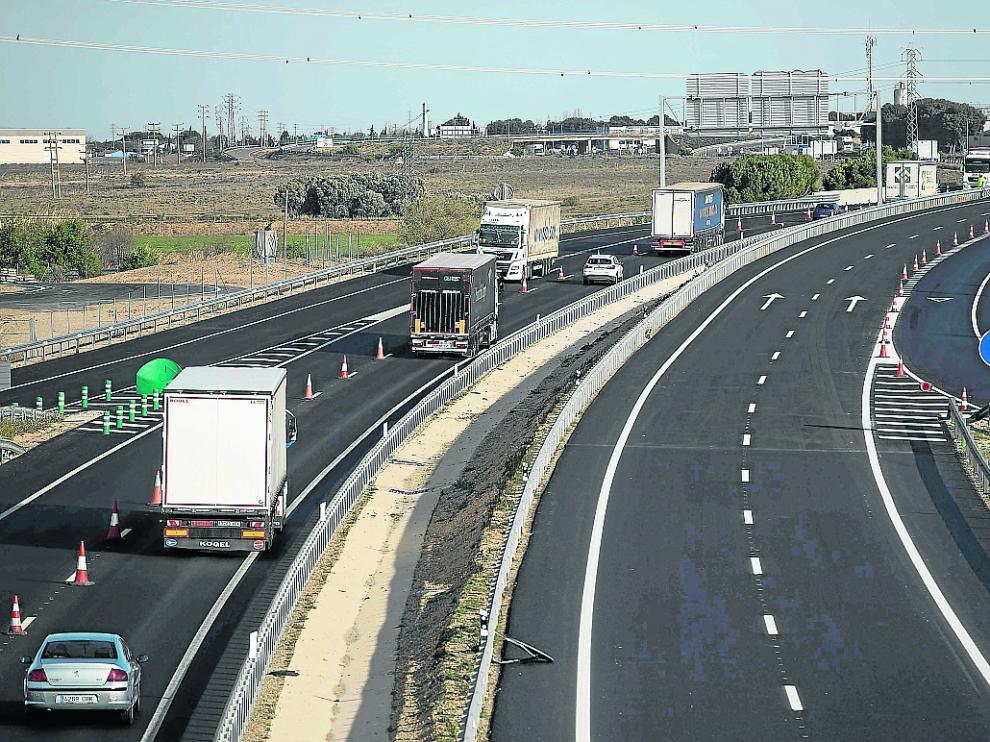 Camiones circulando por el tramo de la A-68 que se abre mañana, a la altura de Pedrola.