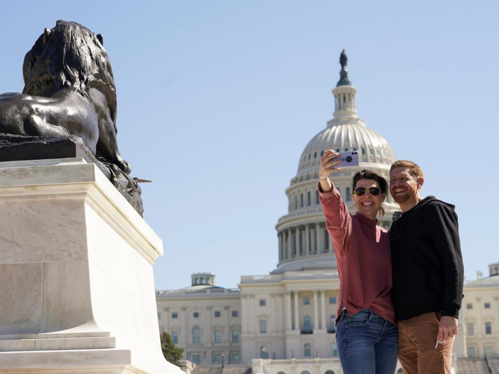 Heather Kane y Jesse Beldon, de Rhode Island, se hacen un selfi frente a un Capitolio sin vallas.