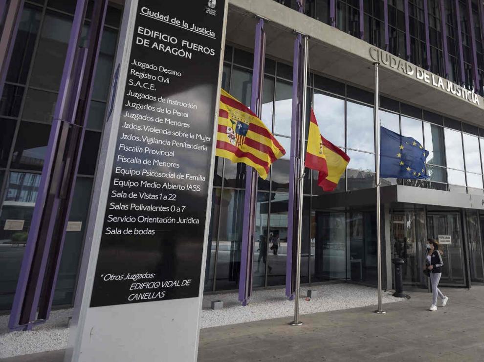 Banderas a media asta en la Ciudad de la Justicia de Zaragoza por la pandemia del coronavirus.