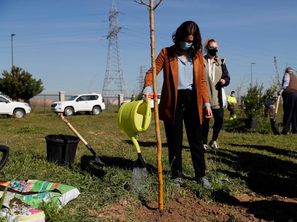 Díaz Ayuso participa en tareas de reforestación en Getafe
