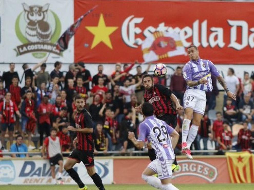 Miramón, del Reus, trata de despejar en el partido bajo sospecha contra el Valladolid.