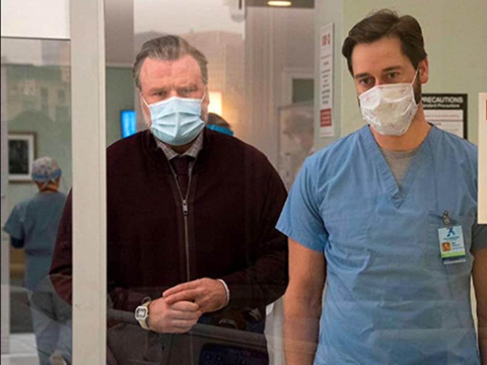 El director del hospital público New Amsterdam, el doctor Max Goodwing, acompañado del psiquiatra del centro (a la izquierda).