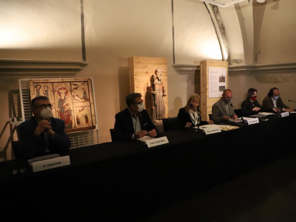 Las autoridades catalanas, en la presentación del plan de impulso del Museo de Lérida, con el frontal de Rigatell al fondo.