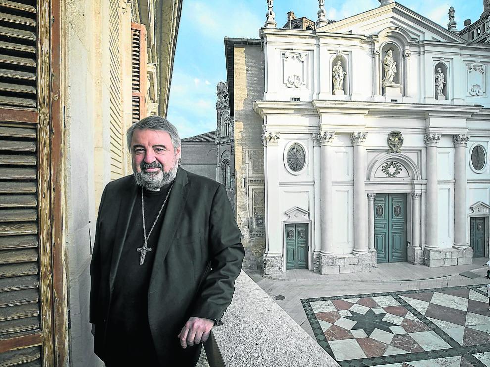 Carlos Escribano, en las dependencias del Arzobispado, con la Seo al fondo.
