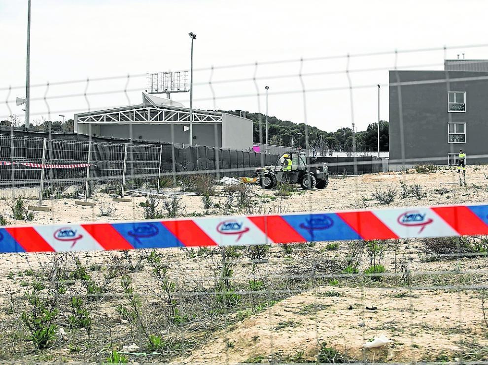Los operarios adecúan el terreno para iniciar la construcción del nuevo aulario en Parque Venecia.