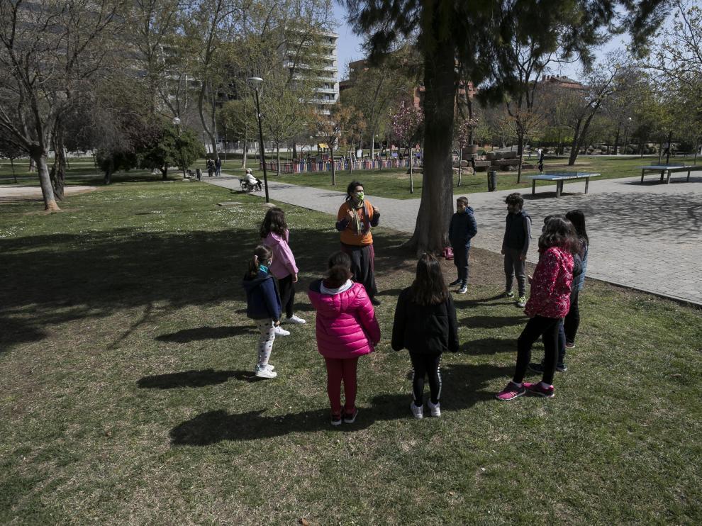 Un grupo de niños, este lunes jugando en la colonia de Semana Santa organizada por Esbarizaculos.