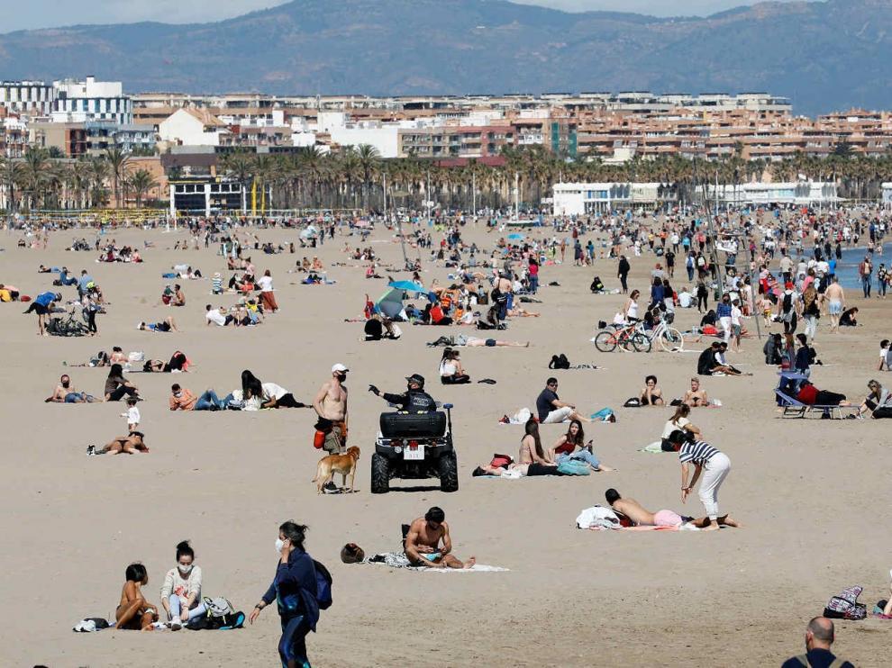 Miles de personas de personas en la playa de la Malvarrosa y el aseo Marítimo de Valencia