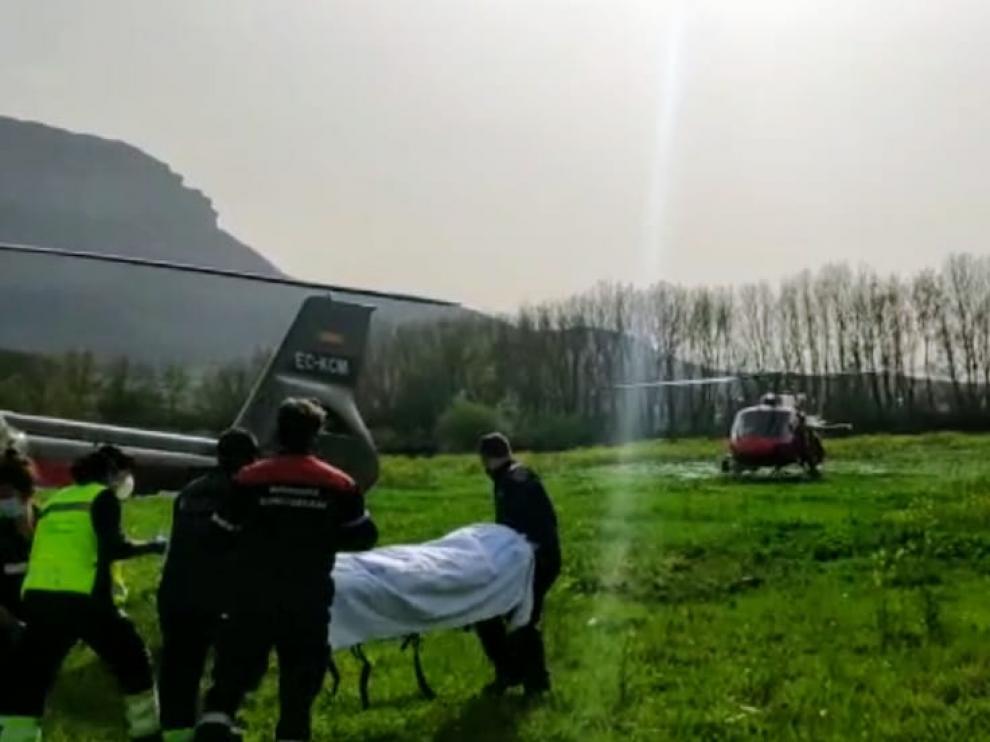Un momento del rescate del montañero, aún con vida, en la sierra de Aralar.