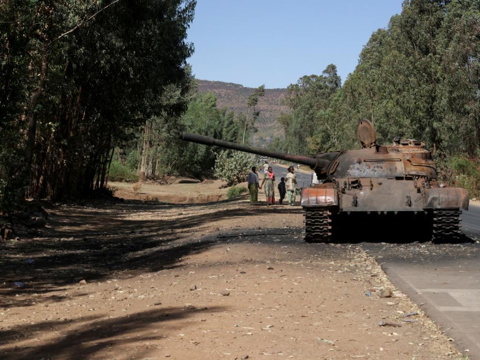 Un tanque quemado en una carretera de Etiopía.