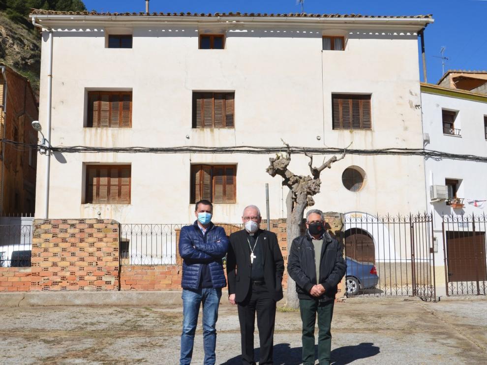 El alcalde y los responsables municipales en el antiguo patio donde se construirán los apartamentos tutelados.