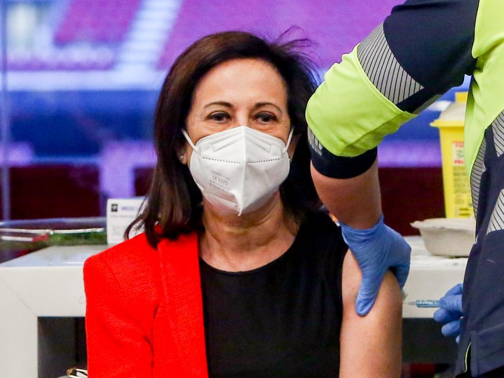 Margarita Robles recibe la primera dosis de la vacuna de Astrazeneca