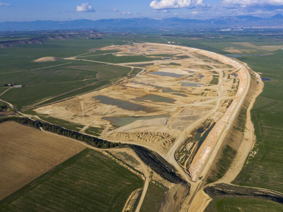 En la imagen aérea la presa de 4 kilómetros de longitud, una de las que cerrará el embalse.