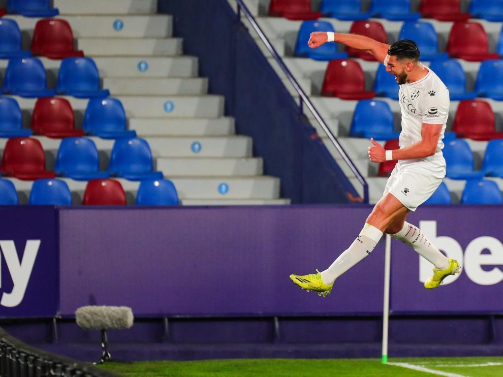 Rafa Mir, delantero de la SD Huesca, celebra uno de sus dos goles ante el Levante.