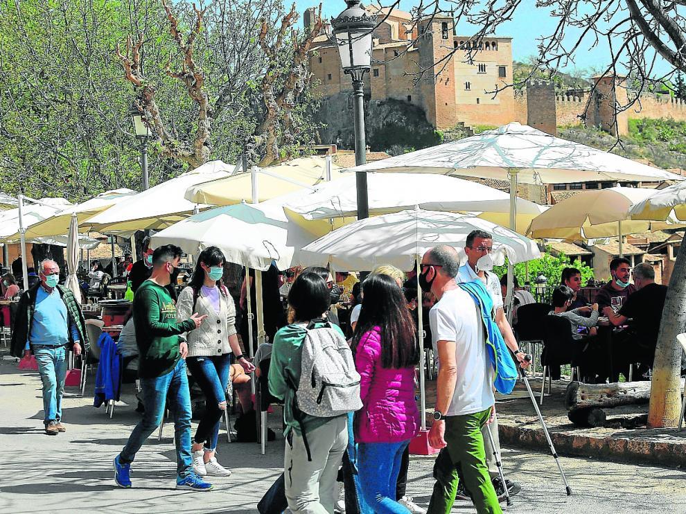 Turistas este viernes en las calles de Alquézar.