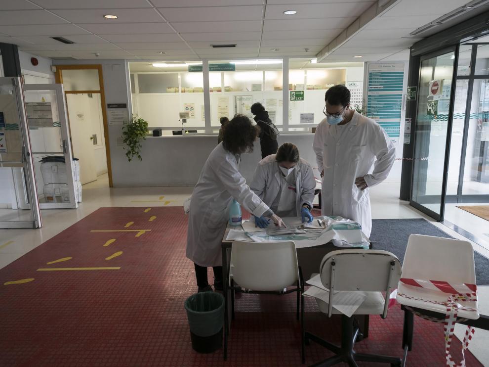 Varios sanitarios realizan PCR en el Centro de Salud Delicias Sur de Zaragoza en una imagen de archivo.