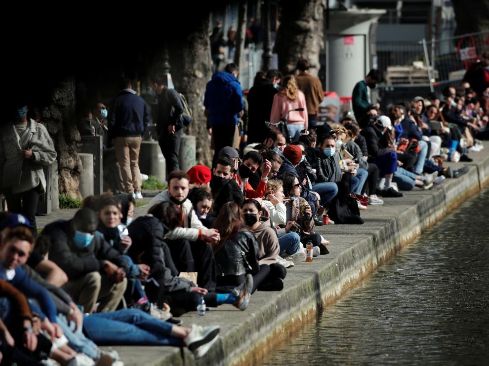 Decenas de personas disfrutando del buen tiempo este domingo en las calles de París