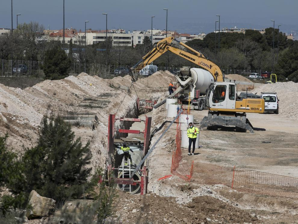 Trabajos de instalación de la nueva tubería de agua junto al solar del hospital privado.