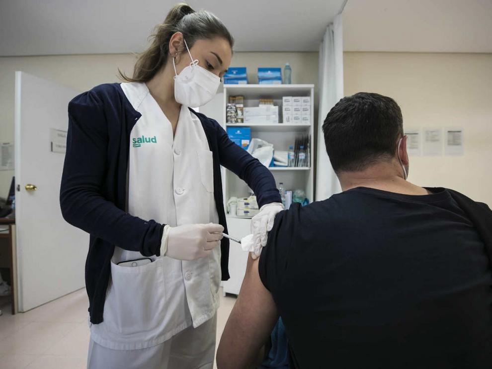 Vacunación con AstraZeneca en el Centro de Salud Bombarda en Zaragoza.
