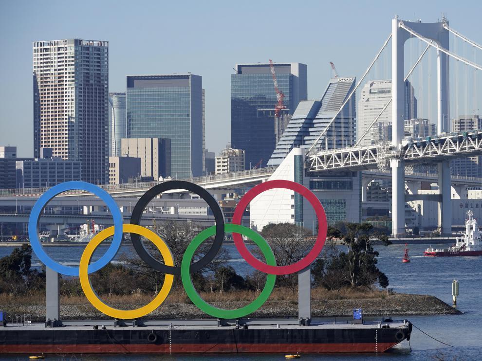 Los aros olímpicos ante el puente Rainbow en el parque Odaiba Marine de Tokio