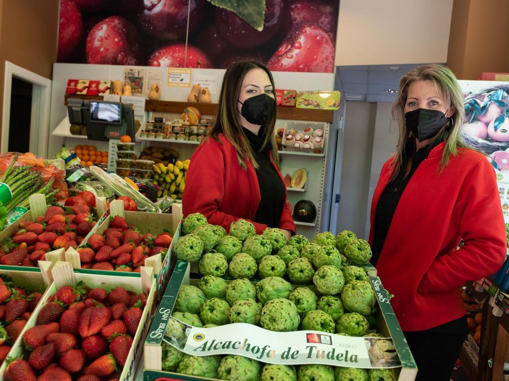 Patricia Guerrero y Begoña Punter, en Frutas Gabi, en Zaragoza.