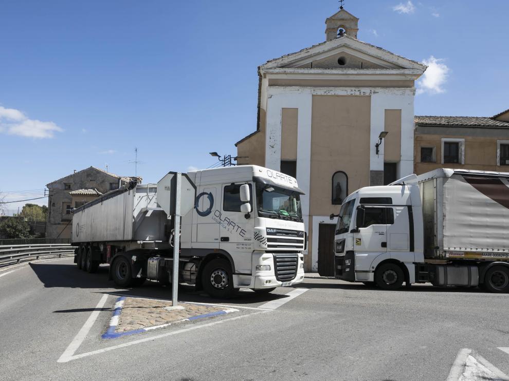 Dos camiones lo tienen muy complicado cuando se cruzan a la altura de la 'curva del hospital'