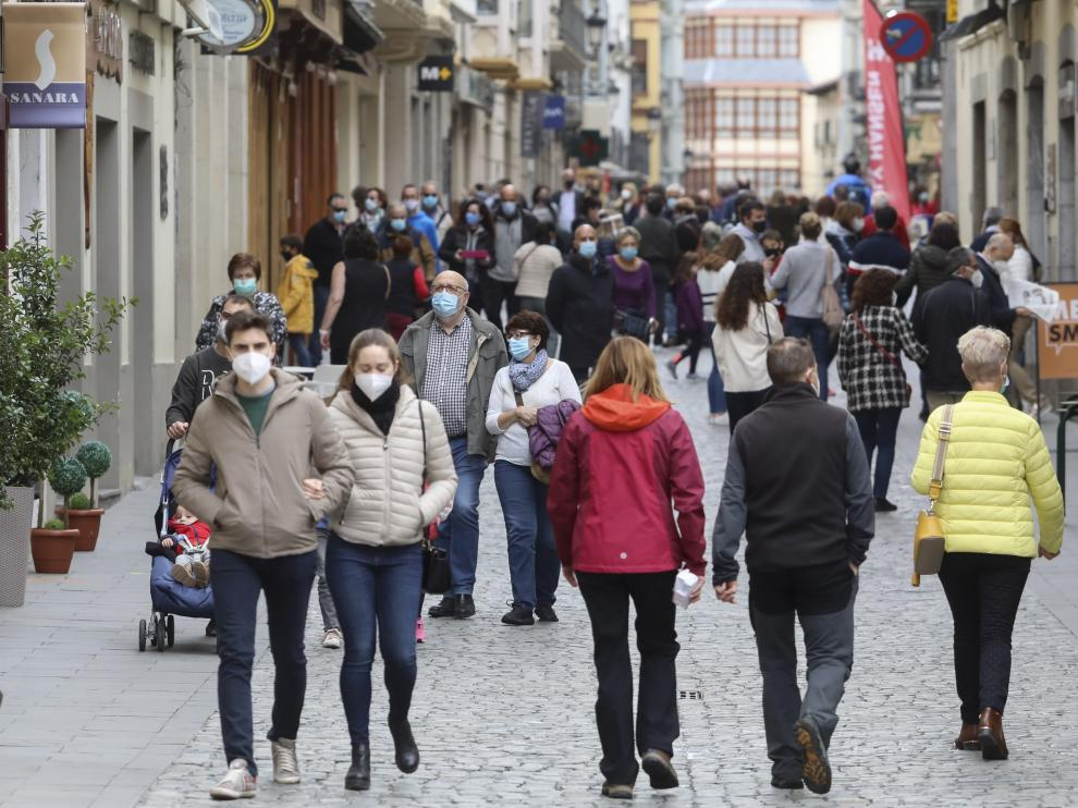 Imagen de turistas paseando por la calle Mayor de Jaca, el pasado mes de marzo.