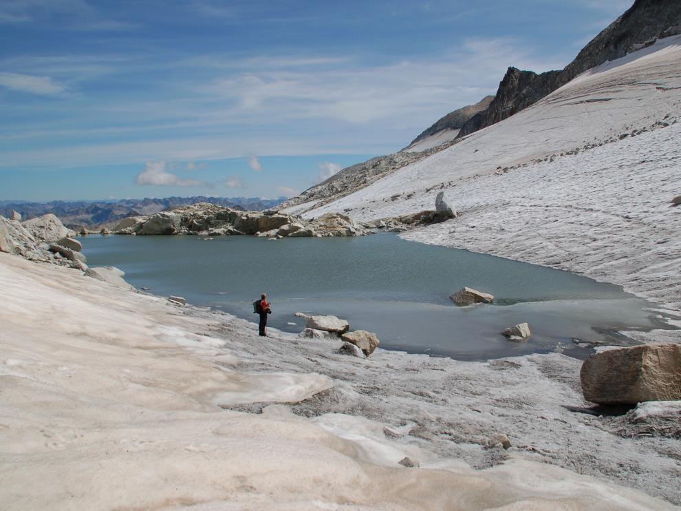 En verano, cuando se retiran las nieves, el glaciar del Aneto termina en este creciente ibón, hijo del deshielo.