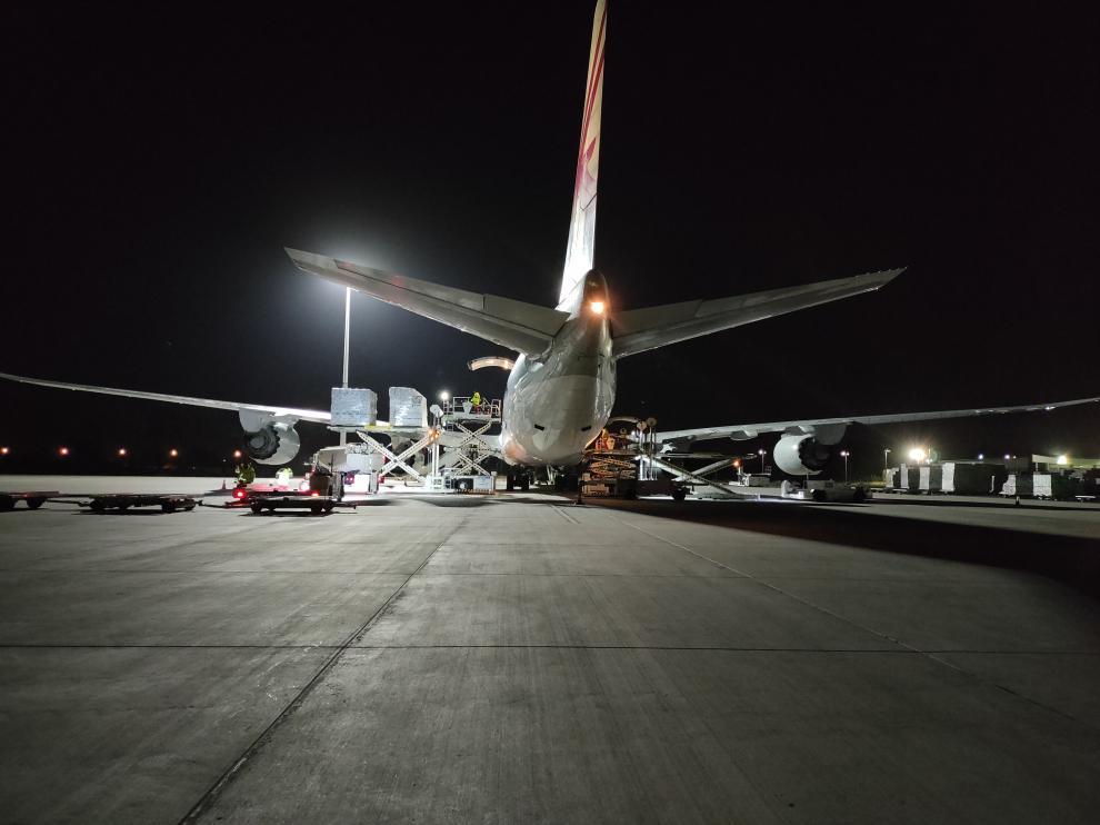 Operativo de carga en el aeropuerto de Zaragoza del material de la empresa Dorna Sports para el Mundial