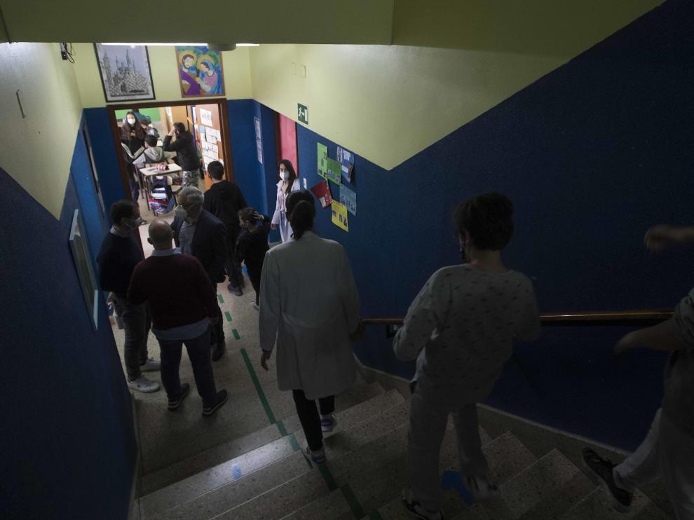 Alumnos de Primaria y de la ESO del Colegio El Buen Pastor de Zaragoza durante el recreo, que se ha adaptado para garantizar la seguridad en tiempos de pandemia.