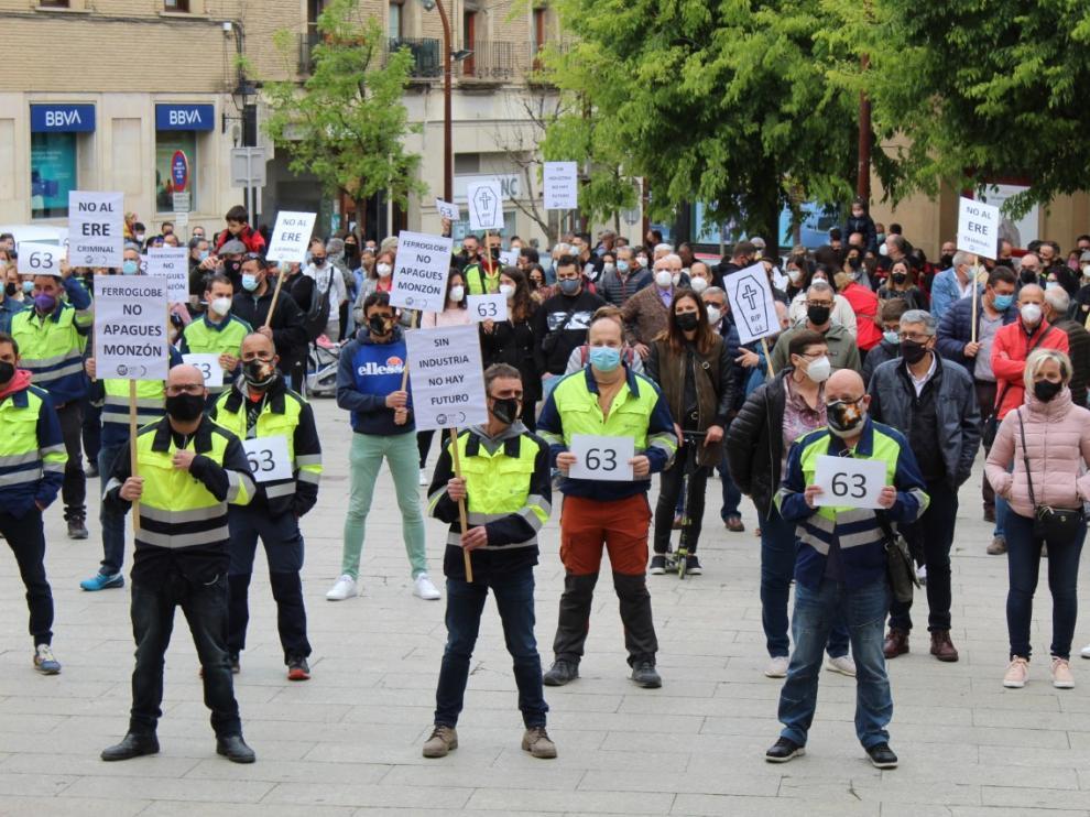 Decenas de vecinos de Monzón han mostrado su apoyo a los trabajadores de Ferroatlántica en la concentración de la plaza Mayor.
