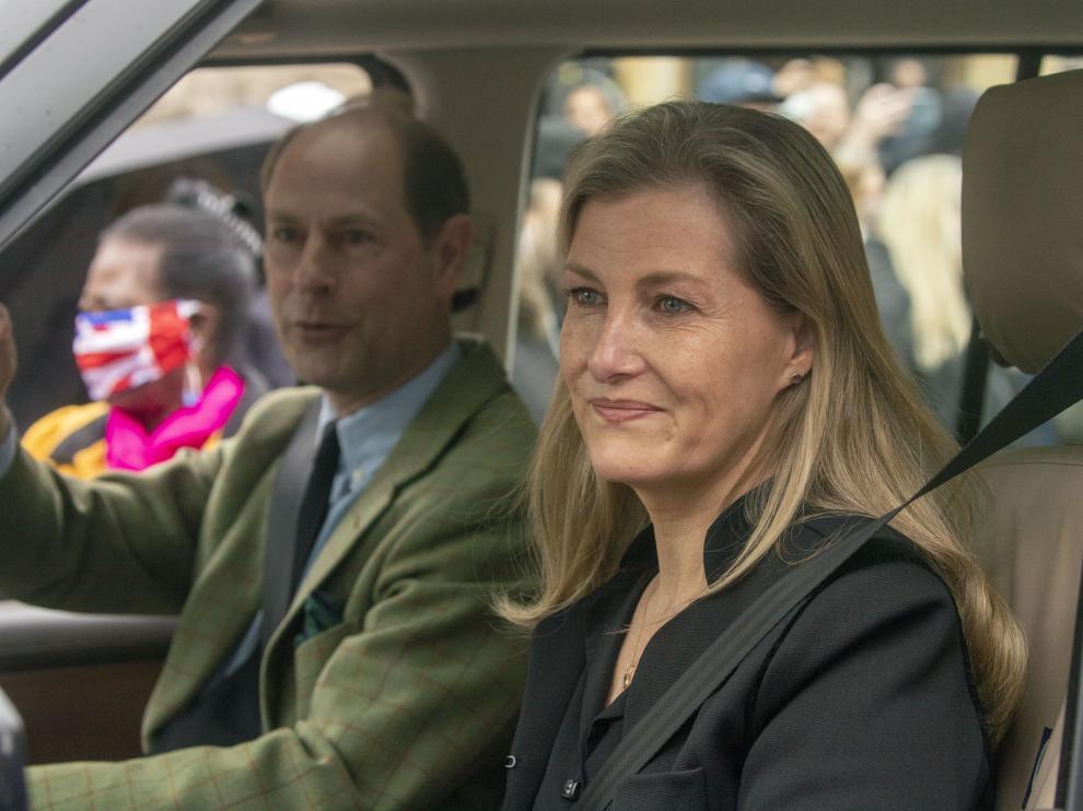 El príncipe Eduardo y su mujer, la condesa de Wessex, salen del castillo de Windsor de ver a la reina tras la muerte del duque de Edimburgo.