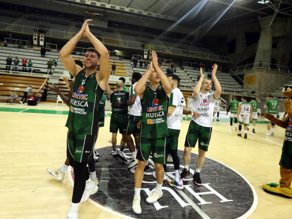 Los jugadores peñistas celebran el triunfo ante Cáceres.