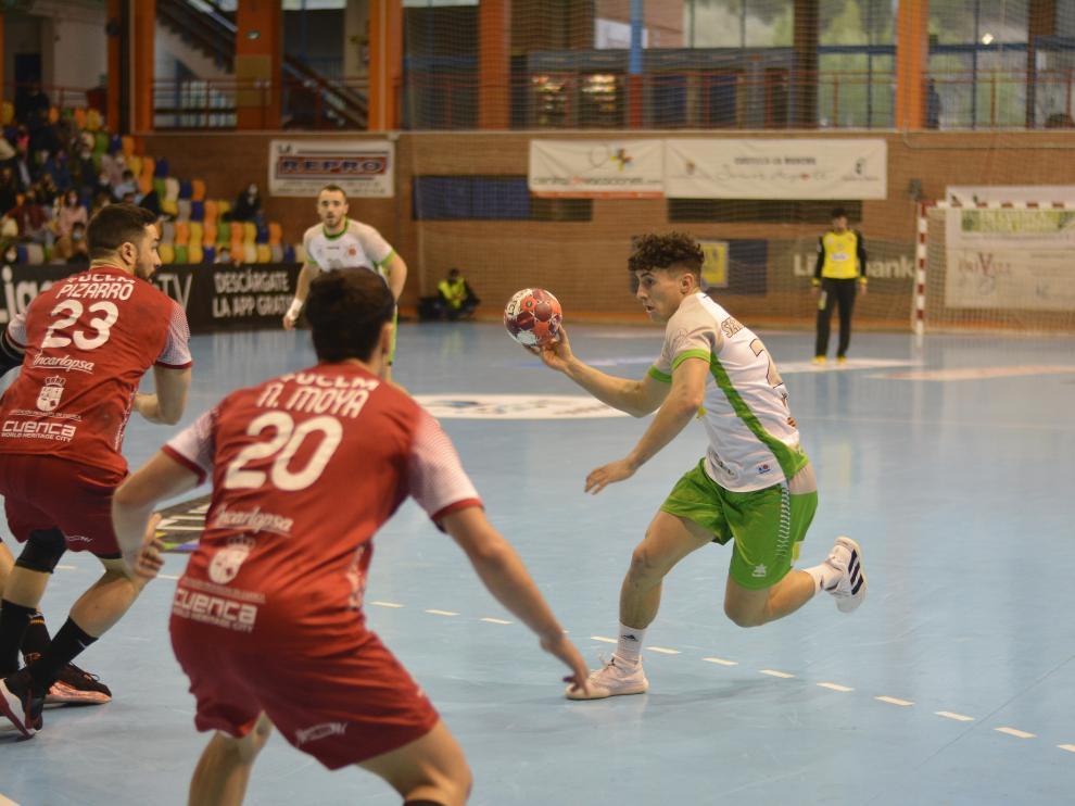 Sergio Pérez, del Bada Huesca, busca cómo superar a Pizarro y Moya, del Cuenca.